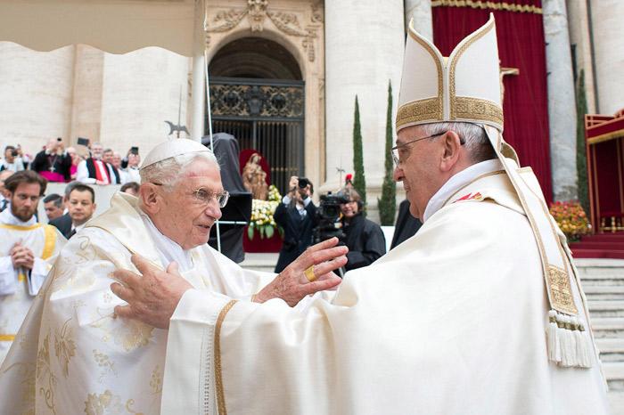 140427-pope-francis-benedict-embrace-1230p_492fc75ce56887efc90a1243cf8a146c